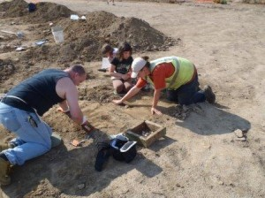 Dovetail archaeologist Morgan MacKenzie (right) works with volunteers at the Houston-LeCompt site.